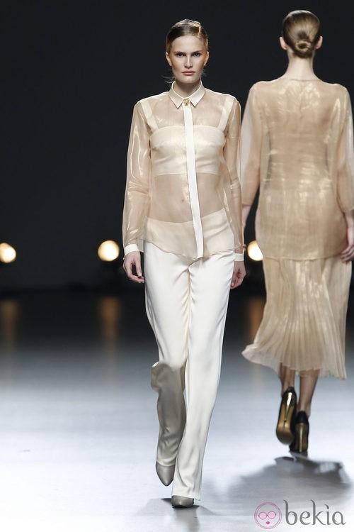 Desfile de Duyos en la Fashion Week Madrid: pantalón y camisa trasnsparente en color beige