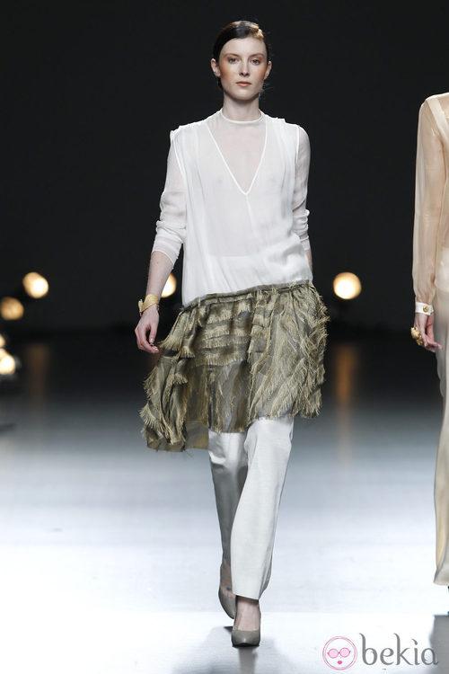 Desfile de Duyos en la Fashion Week Madrid:  conjunto de falda pantalón y camisa blanca