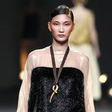 Desfile de Duyos en la Fashion Week Madrid: camisa bicolor con falda dorada