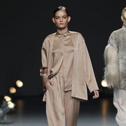 Desfile de Duyos en la Fashion Week Madrid: conjunto pantalón, camisa y chaqueta camel
