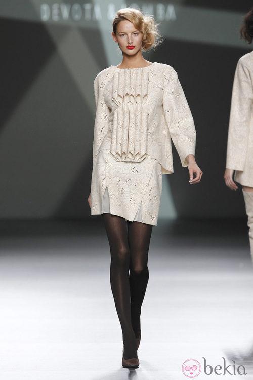 Desfile de Devota y Lomba en la Fashion Week Madrid: falda y camisa en tono beis