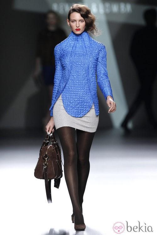 Desfile de Devota y Lomba en la Fashion Week Madrid: chaqueta azul klein y mini falda gris