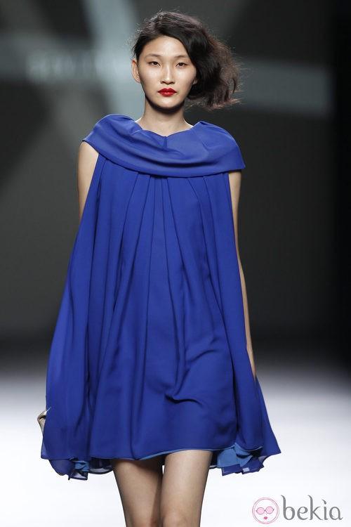 Desfile de Devota y Lomba en la Fashion Week Madrid: mini vestido azul klein