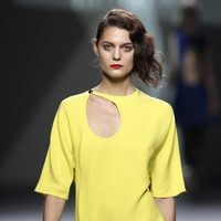Desfile de Devota y Lomba en la Fashion Week Madrid: mini vestido amarillo de manga corta