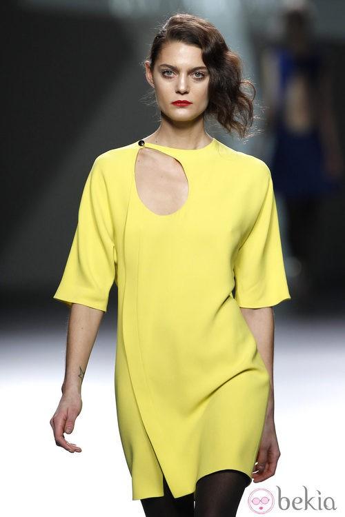 Desfile de Devota y Lomba en la Fashion Week Madrid: mini vestido amarillo de manga corta