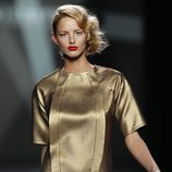 Desfile de Devota y Lomba en la Fashion Week Madrid: vestido dorado de manga corta