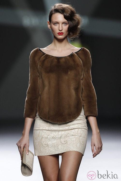 Desfile de Devota y Lomba en la Fashion Week Madrid: jersey de pelo marrón con mini falda beis