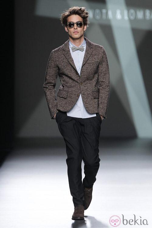 Desfile de Devota y Lomba en la Fashion Week Madrid: americana marrón y pantalón negro para hombre