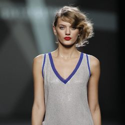 Desfile de Devota y Lomba en la Fashion Week Madrid: mini vestido gris estilo camiseta