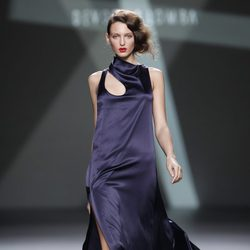 Desfile de Devota y Lomba en la Fashion Week Madrid: vestido largo en tono morado