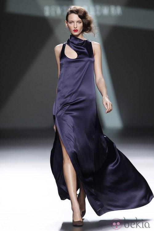 Desfile de Devota y Lomba en la Fashion Week Madrid: vestido largo en tono morado