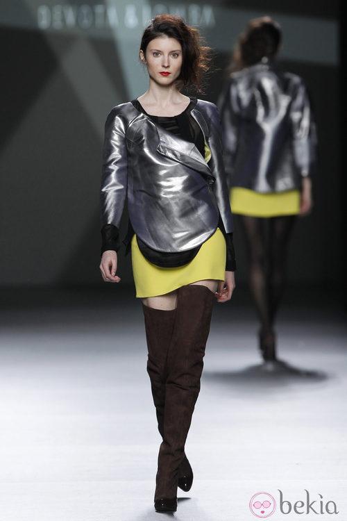 Desfile de Devota y Lomba en la Fashion Week Madrid: mini falda amarilla y chaqueta metalizada