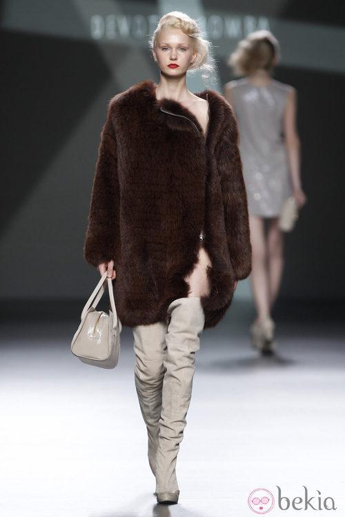 Desfile de Devota y Lomba en la Fashion Week Madrid: abrigo de pelo marrón con pantalón beis