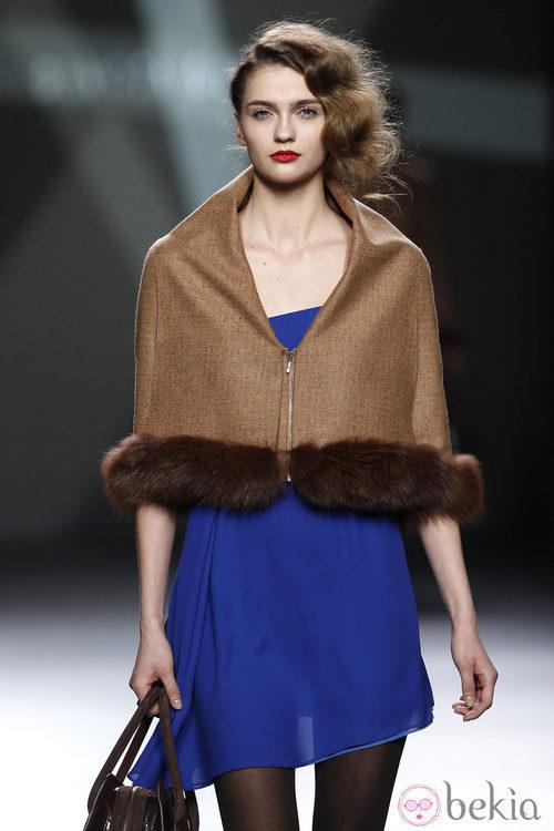 Desfile de Devota y Lomba en la Fashion Week Madrid: vestido azul klein con capa marrón