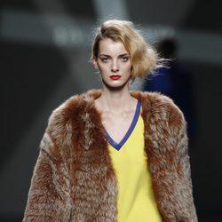 Desfile de Devota y Lomba en la Fashion Week Madrid: camiseta amarilla y abrigo marrón de pelo