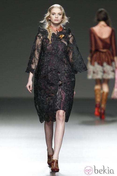 Vestido de encaje y transparencias de Victorio & Lucchino presentado en Fashion Week Madrid