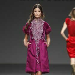 Vestido burdeos con detalles florales de la colección otoño/invierno 2012/2013 de Victorio & Lucchino