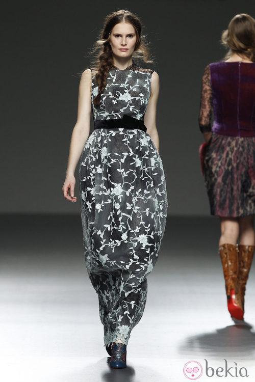 Vestido gris con detalles florares de Victorio & Lucchino en la pasarela de Madrid