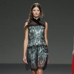 Vestido verde con detalles de encaje y transparencias de la colección otoño/invierno 2012/2013 de Victorio y Lucchino