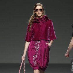 Chaqueta de terciopelo burdeos de Victorio y Lucchino en la Fashion Week Madrid