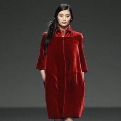 Abrigo de terciopelo rojo de la colección otoño/invierno 2012/2013 de Victorio y Lucchino