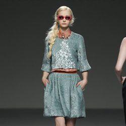 Conjunto dos piezas verde con detalles florales de Victorio & Lucchino en Fashion Week Madrid