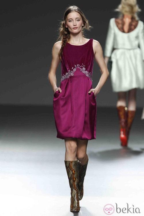 Vestido burdeos con bolsillos de Victorio & Lucchino en la Fashion Week Madrid