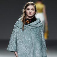 Abrigo capa verde de Victorio & Lucchino en la Fashion Week Madrid