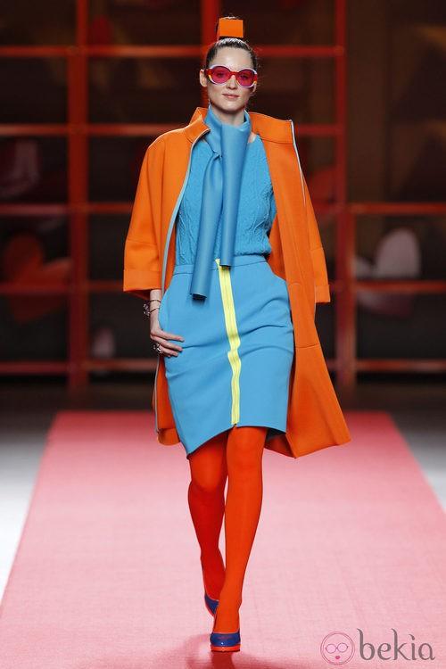 Abrigo naranja con falda azul de Agatha Ruiz de la Prada en la Madrid Fashion Week