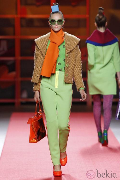 Pantalón verde con cremallera amarilla de Agatha Ruiz de la Prada en la Madrid Fashion Week