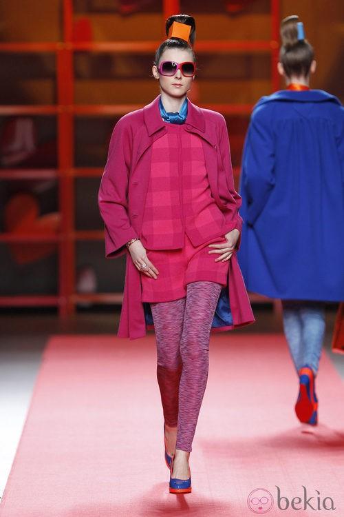 Abrigo rosa fucsia de Agatha Ruiz de la Prada en la Madrid Fashion Week
