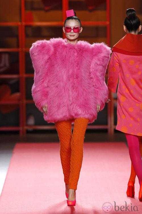 Abrigo peluche rosa de Agatha Ruiz de la Prada en la Madrid Fashion Week