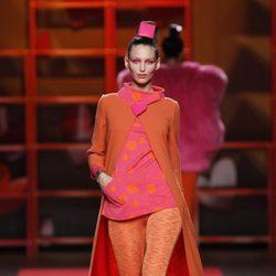 Maxi abrigo naranja con botón en forma de corazón de Agatha Ruiz de la Prada en la Madrid Fashion Week