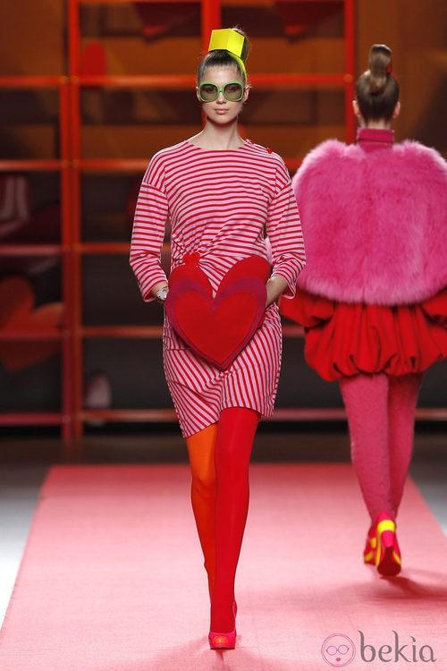 Vestido de rayas con corazón frontal de Agatha Ruiz de la Prada en la Madrid Fashion Week