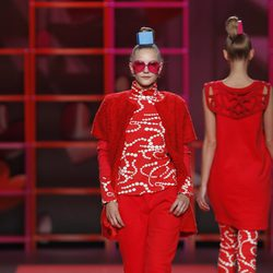Conjunto rojo con chaqueta de manga corta de Agatha Ruiz de la Prada en la Madrid Fashion Week