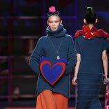 Jersey de punto con maxi falda naranja de Agatha Ruiz de la Prada en la Madrid Fashion Week