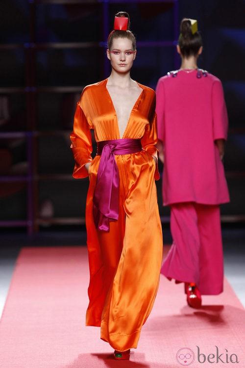 Mono de satén naranja de Agatha Ruiz de la Prada en la Madrid Fashion Week