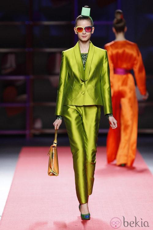 Traje de chaqueta verde de Agatha Ruiz de la Prada en la Madrid Fashion Week