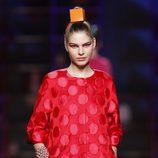 Abrigo rojo con lunares de Agatha Ruiz de la Prada en la Madrid Fashion Week