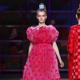 Vestido rosa abullonado de Agatha Ruiz de la Prada en la Madrid Fashion Week