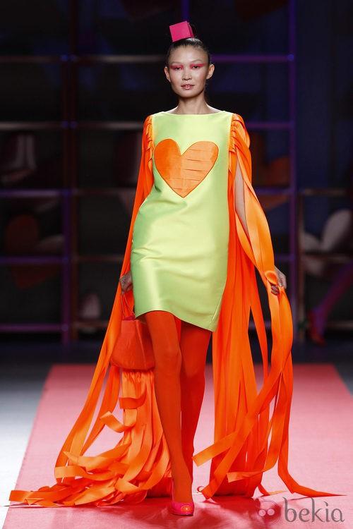 Vestido verde con largos flecos naranjas de Agatha Ruiz de la Prada en la Madrid Fashion Week