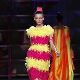 Traje de noche de plumas de Agatha Ruiz de la Prada en la Madrid Fashion Week