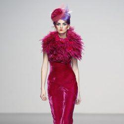 Vestido de terciopelo con voluminoso cuello con fruncidos de Elisa Palomino en la Madrid Fashion Week