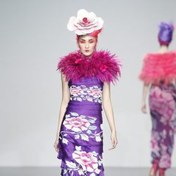 Vestido de flores lila con capelina rosa de Elisa Palomino en la Madrid Fashion Week