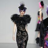 Vestido negro con estampado floral transparente de Elisa Palomino en la Madrid Fashion Week