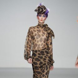 Conjunto transparente con estampado animal de Elisa Palomino en la Madrid Fashion Week