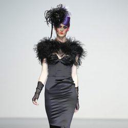 Vestido negro con escote corazón de Elisa Palomino en la Madrid Fashion Week