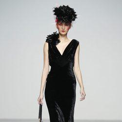 Vestido negro de terciopelo de Elisa Palomino en la Madrid Fashion Week