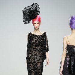 Vestido negro transparente con estampado geométrico de Elisa Palomino en la Madrid Fashion Week