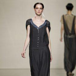 Vestido negro de manga corta de Ailanto en la Fashion Week Madrid